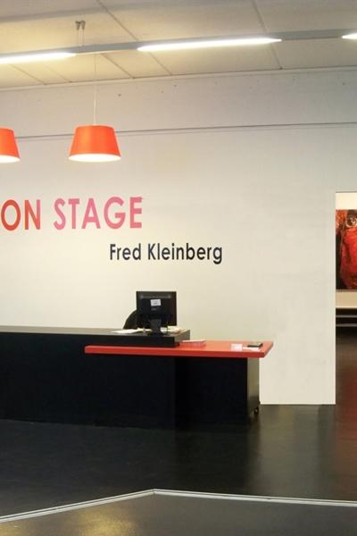 On stage, vue de l'exposition l'Espace Cosmopolis, France. 2011.